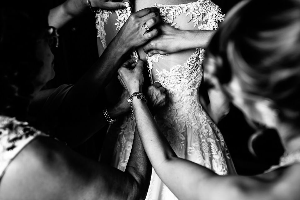 la chiusura dell'abito della sposa