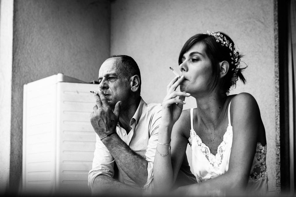 sposa fuma con il padre