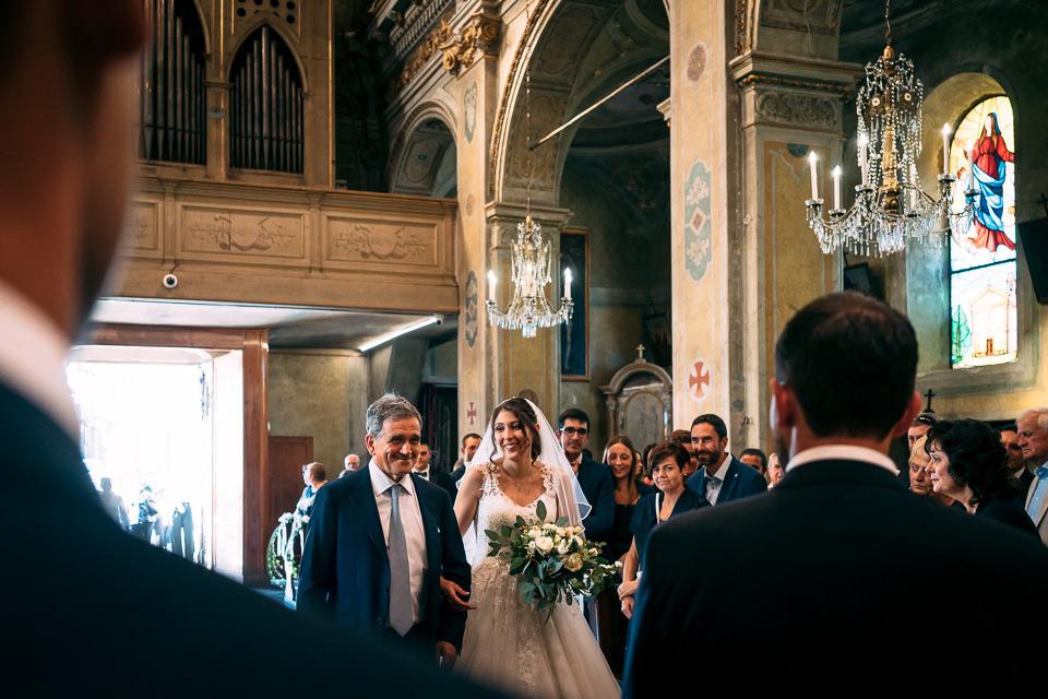 sposa emozionata arriva all'altare