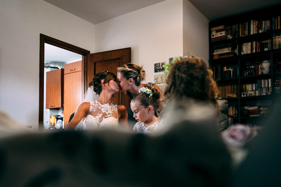 sorella bacia la sposa