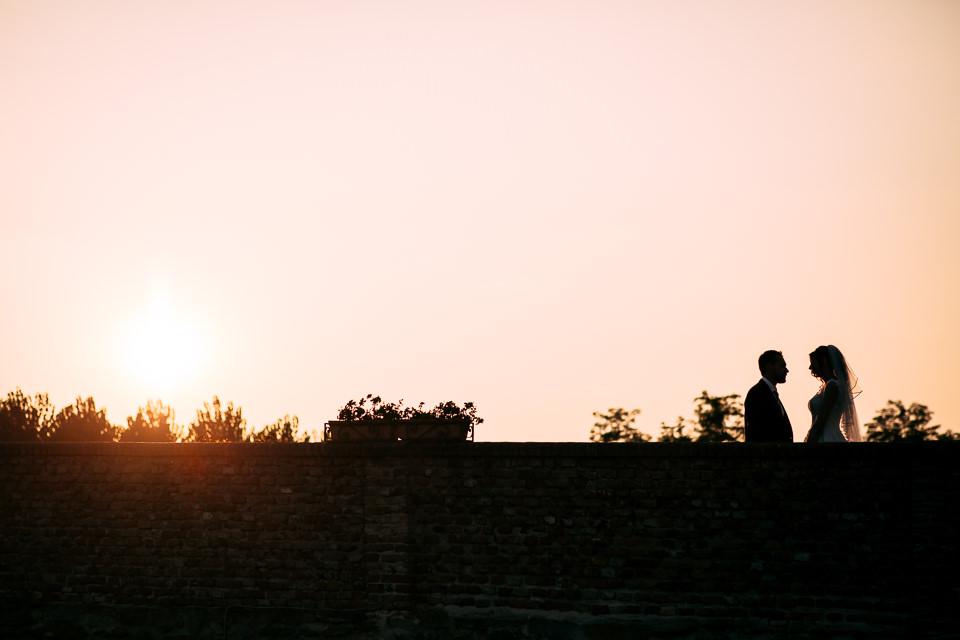 coppia di sposi al tramonto