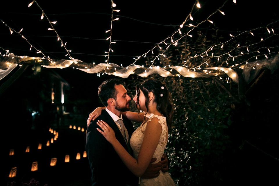 coppia di sposi si bacia sotto i fuochi d'artificio