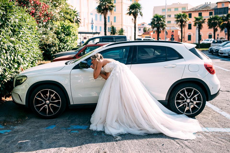 sposa in abito bianco si specchia