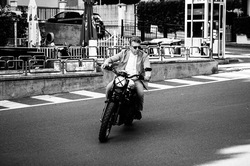 papà della sposa in motocicletta