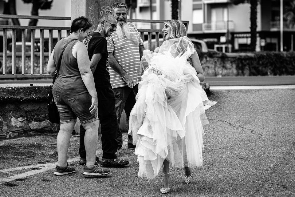 sposa scherza con passanti