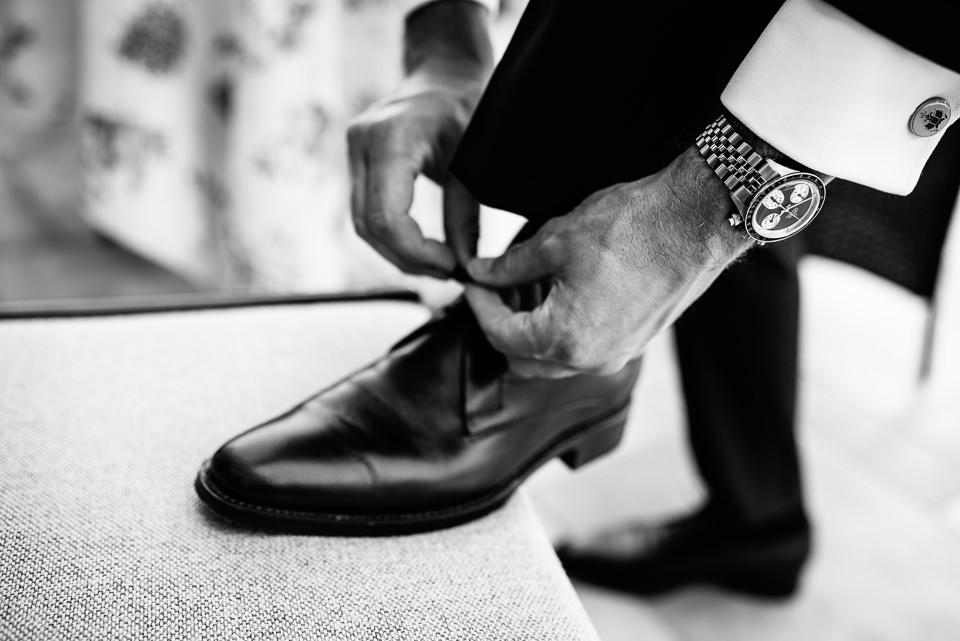 sposo si allaccia la scarpa