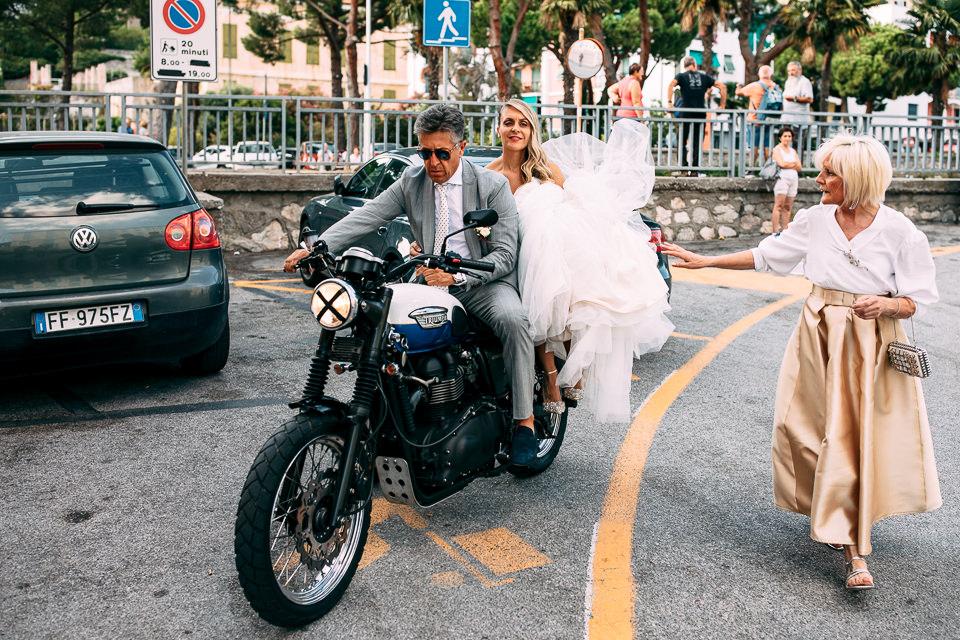 sposa in motocicletta con il padre