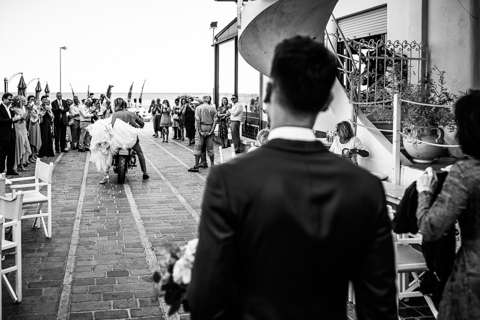 arrivo della sposa in motocicletta