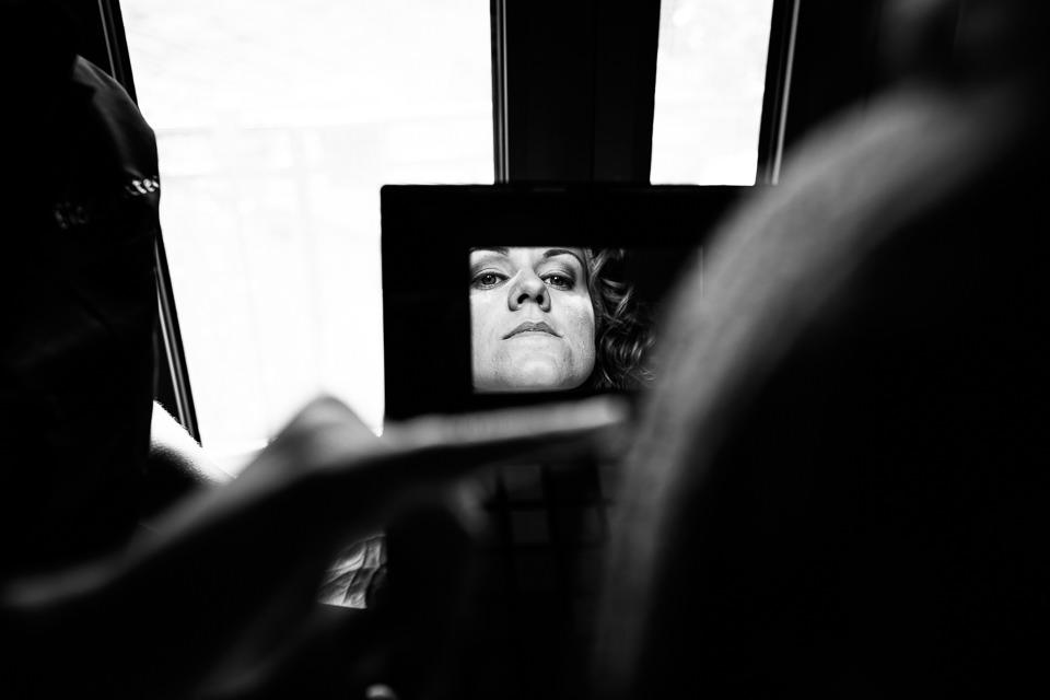 sposa riflessa nello specchio