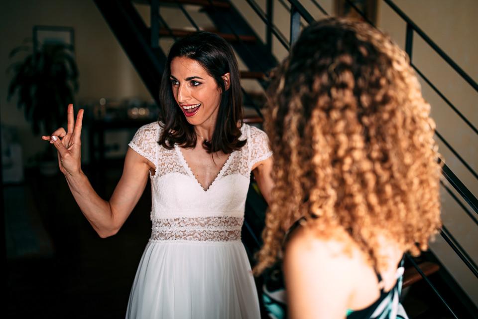 scatto divertente di una sposa