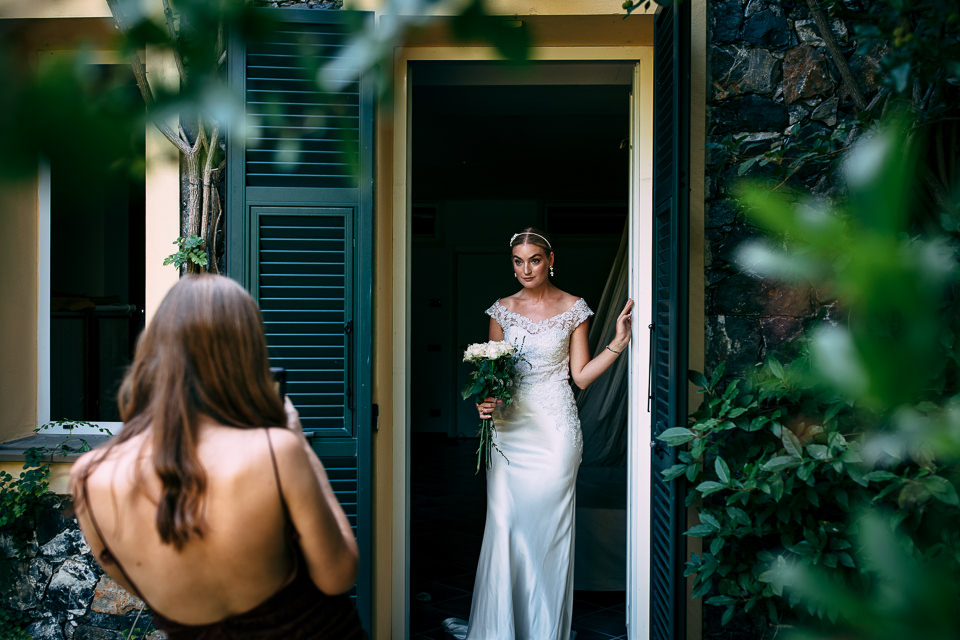 sposa in abito bianco a villa i limoni