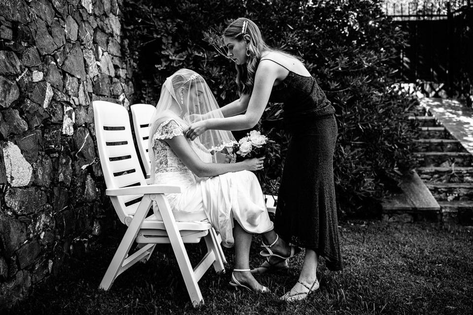 sposa in abito bianco con velo