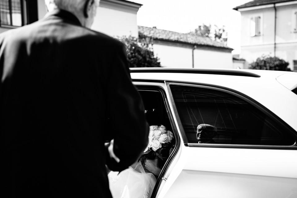 sposa esce dalla macchina