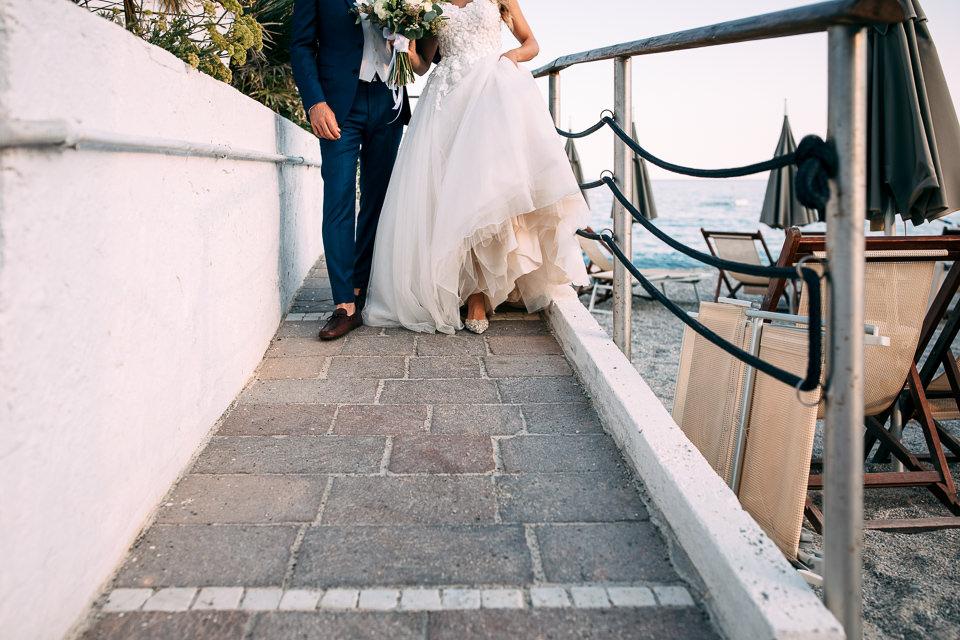 giovani sposi al mare