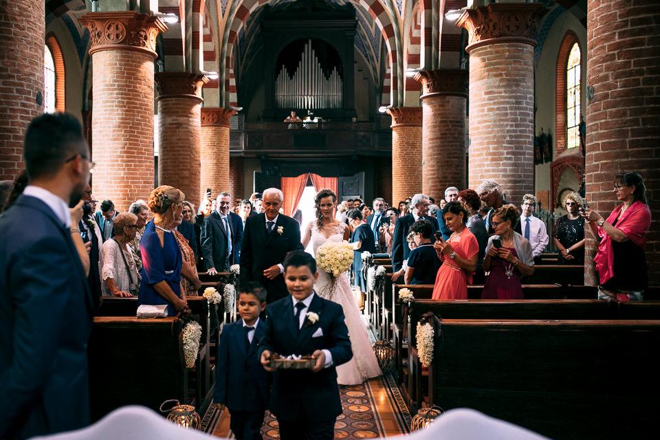sposa all'altare con il padre