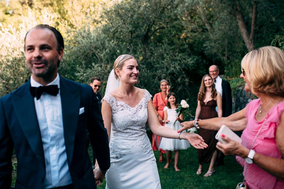 sposa bionda in abito bianco