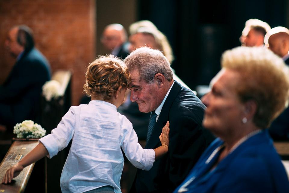 bambino gioca col nonno in chiesa