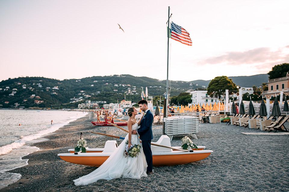 sposi sotto bandiera americana