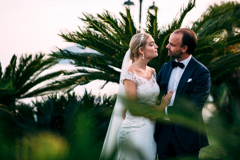 coppia di sposi tra le palme di alassio
