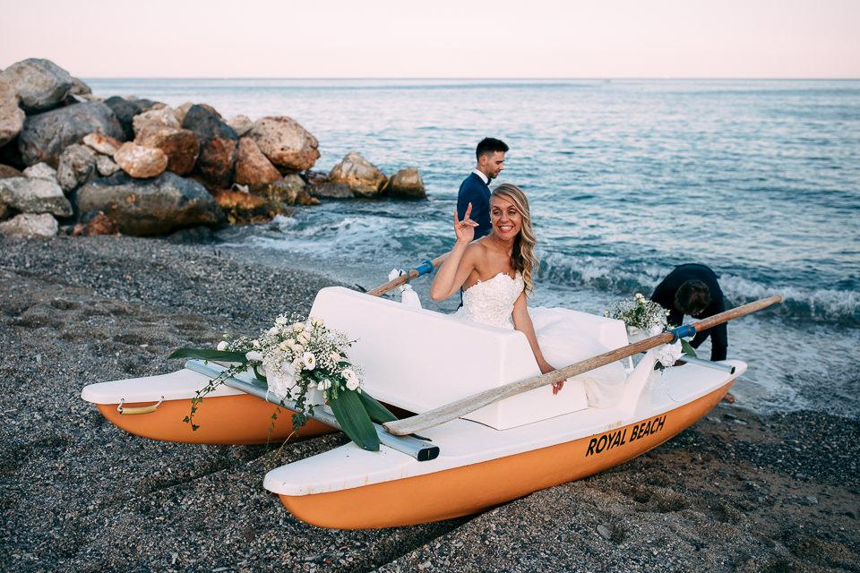 sposa sul pedalò al mare