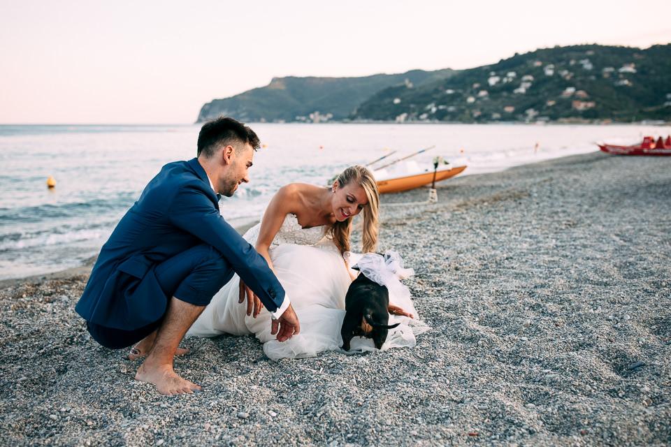 matrimonio con il cane in spiaggia a spotorno