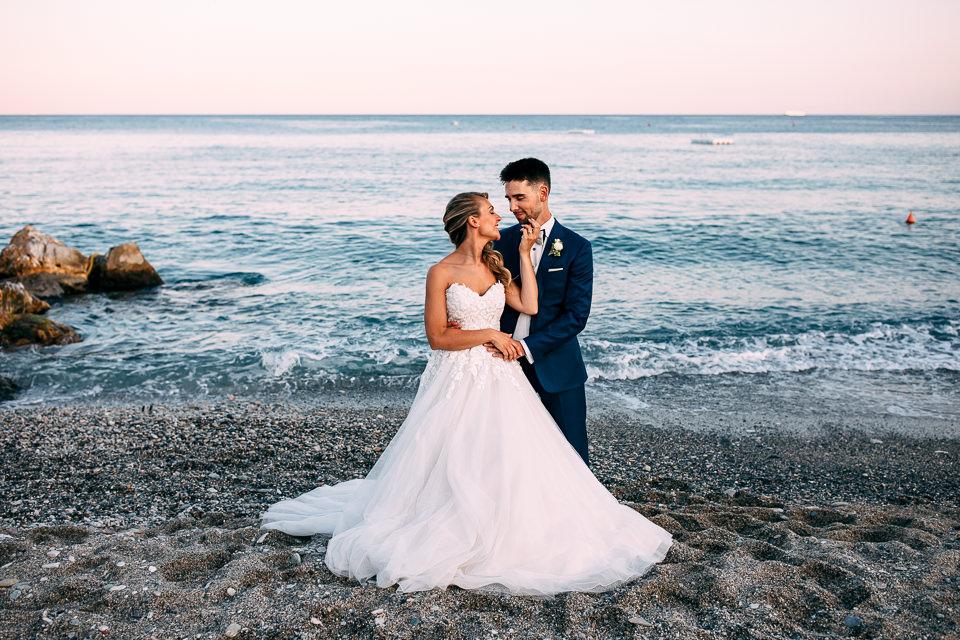 elegante coppia di sposi al mare