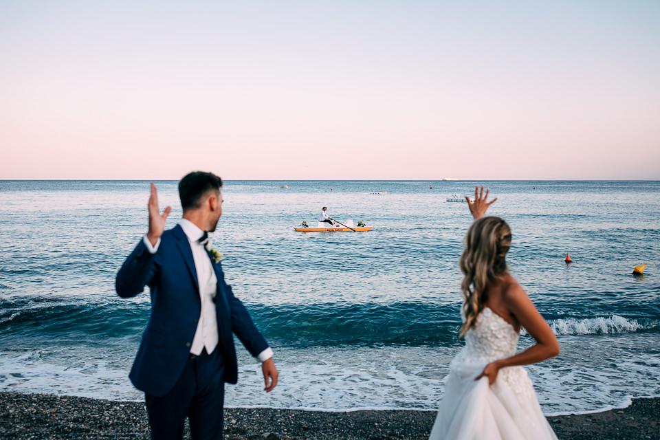sposi salutano un passante
