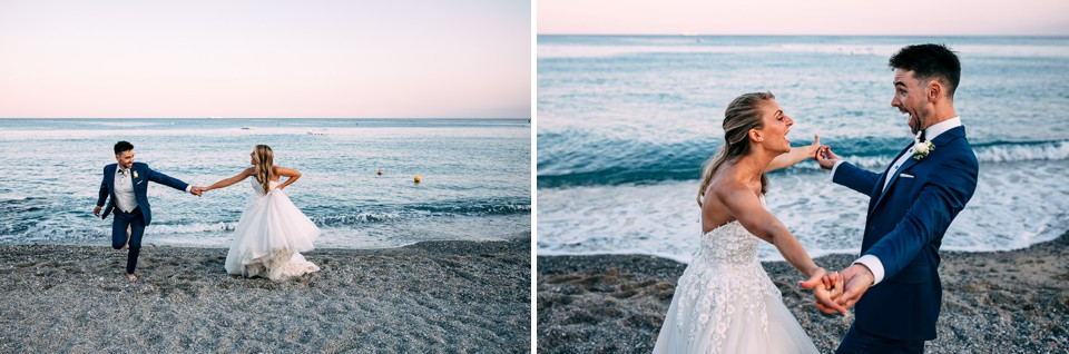 felice coppia di sposi al mare