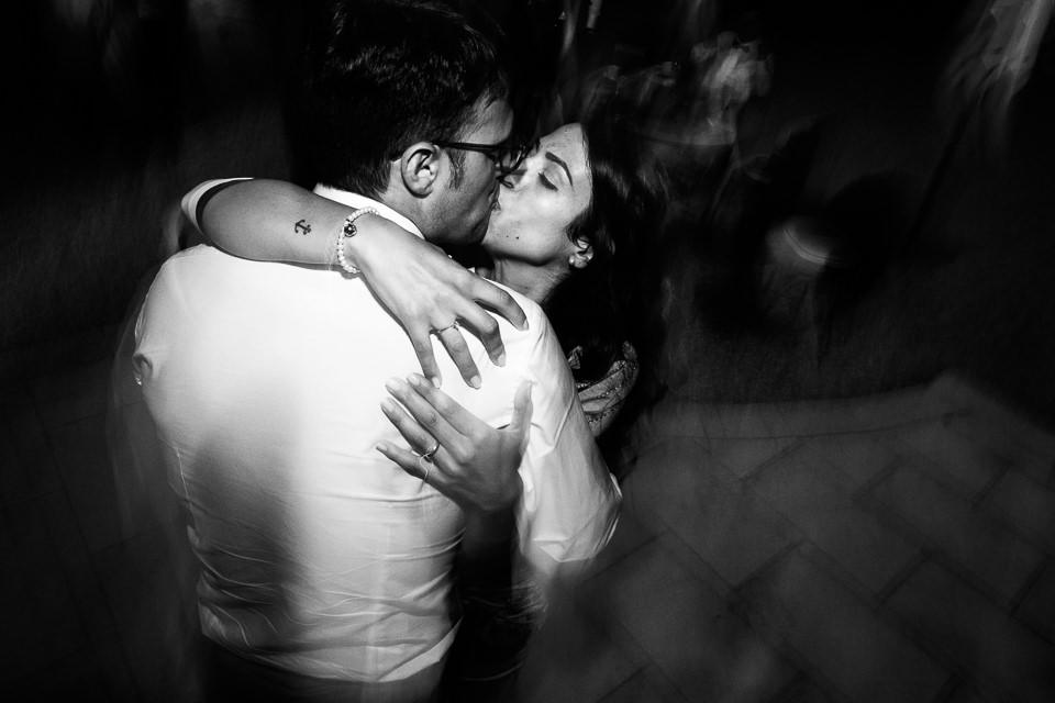 coppia che si bacia ad un matrimonio