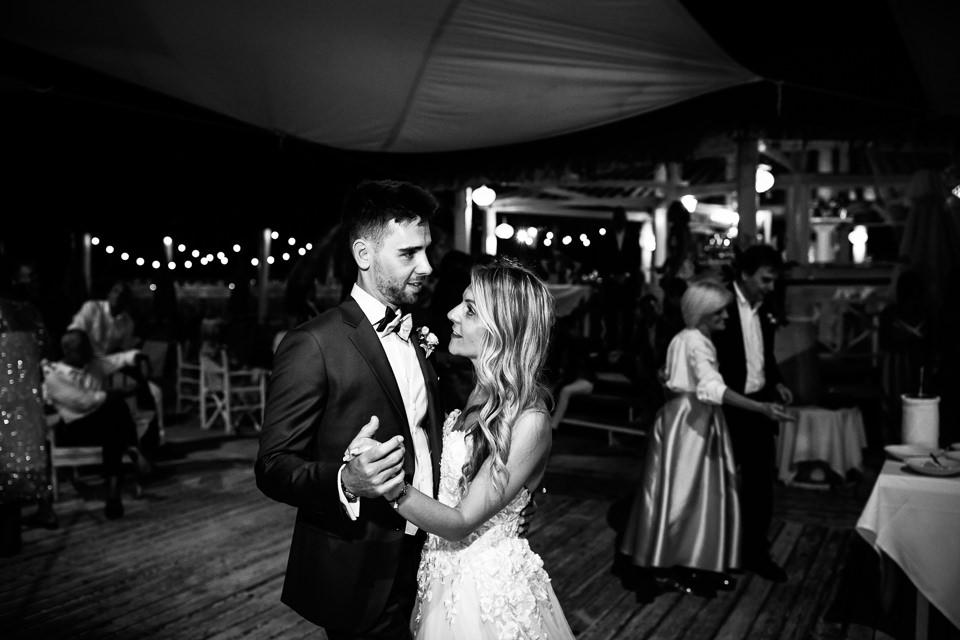 sposi ballano ai sirio beach di spotorno